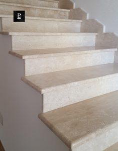 Scale in marmo bianco Pilgran